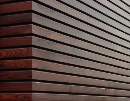 Rhombus rood houten gevelbeklding